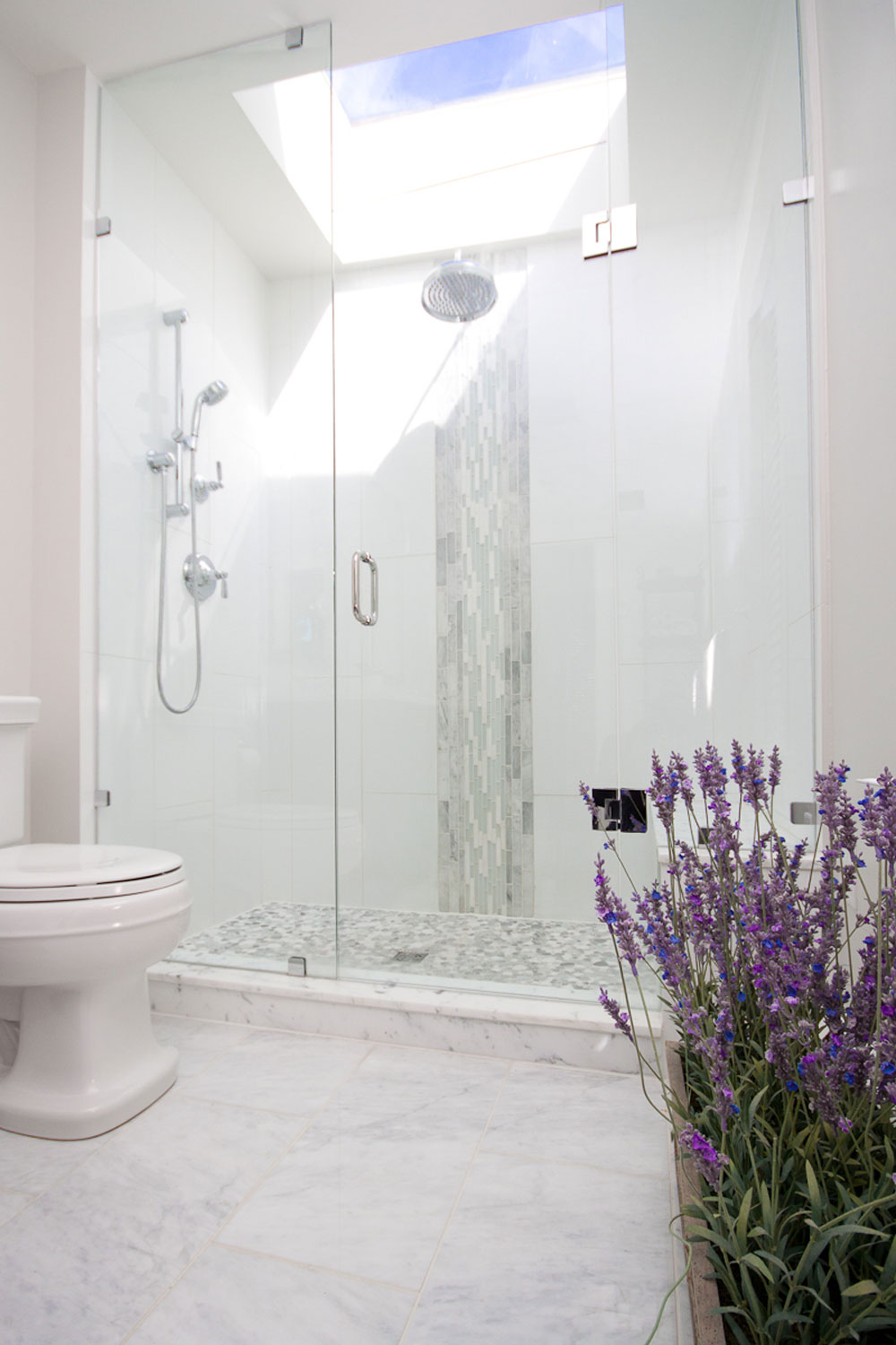 Bathrooms With Skylights That Will Make You Reconsider How You Design Them 12