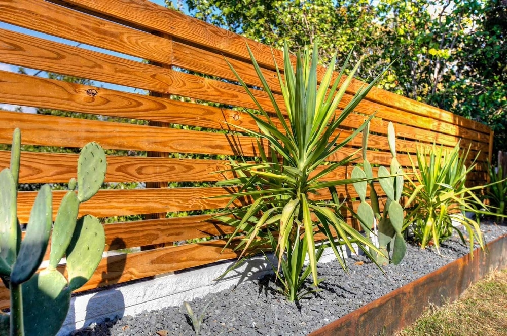 h6-1 Horizontal wood fence ideas that look stunning